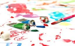 Vattenfärger och borste på målat papper Fotografering för Bildbyråer