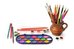 Vattenfärgmålarfärg och färgade blyertspennor Arkivbild