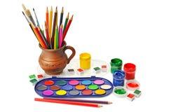 Vattenfärgmålarfärg och färgade blyertspennor Royaltyfria Bilder