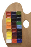 Vattenfärgmålarfärg och palett på vit Arkivbilder