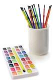 Vattenfärgmålarfärger och borstar Arkivfoto