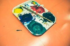 Vattenfärgmålarfärger och paintbrush Konst levererar mallen med konst Arkivfoto