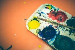 Vattenfärgmålarfärger och paintbrush Konst levererar mallen med konst Royaltyfri Fotografi