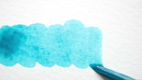 Vattenfärgmålning på det vita kanfasbakgrundsslutet upp arkivfilmer