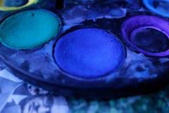 Vattenfärgpalett med färgen som är blå i fokus fotografering för bildbyråer