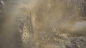 Vattenfärgstänk, i av-väg att springa Plats av gyttjafärgstänk, i av-väg att springa SUV eller offroad bilar som korsar vattenstr arkivfilmer