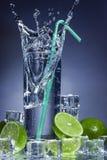 Vattenfärgstänk i ett exponeringsglas. Arkivfoto