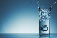 Vattenfärgstänk med bubblan i exponeringsglas Arkivbilder
