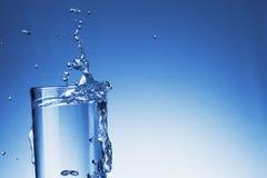 Vattenfärgstänk med bubblan i exponeringsglas Arkivbild