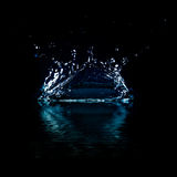 Vattenfärgstänk på svart bakgrund. Arkivfoto