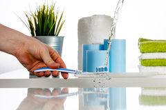 Vattenfärgstänk på tandborsten vid vattenstrålen i badrummet Arkivbilder