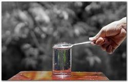 Vattenfärgstänk vid en sked Royaltyfri Bild