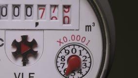 Vattenförbrukning som mäter apparaten, Closeup av räknarevattenförbrukning stock video