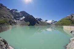 Vattenfördämning i alpina berg i Österrike arkivfoton
