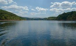 Vattenfördämning Orlik med en bro Royaltyfria Bilder