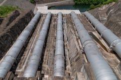 Vattenfördämningrør. arkivbilder
