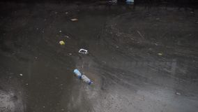 Vattenförorening med smutsig och plast- avskräde arkivfilmer