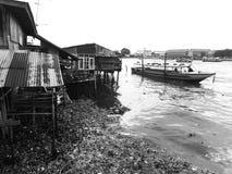 Vattenföroreningen, slumkvarteret och fartyget för lång svans svärtar in a Arkivbild