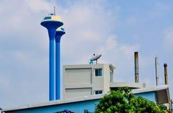 Vattenförsörjningbehållare i fabrik av Thailand på bakgrund för blå himmel Royaltyfria Bilder