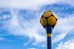 Vattenförsörjningbehållare med bakgrund för blå himmel Arkivbild
