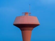 Vattenförsörjningtorn med antennen Arkivfoto