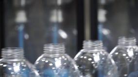 Vattenfabriken - bevattna att buteljera linjen för att bearbeta och att buteljera rent vårvatten in i små flaskor gem selektivt lager videofilmer