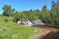 Vattenfall övreKoirinoja på den Koirinjoki floden, Karelia Arkivfoto