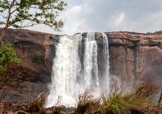 Vattenfall Athirapally ner vinkelsikt royaltyfria foton