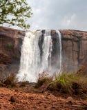 Vattenfall Athirapally ner vinkelsikt fr?n avst?nd royaltyfria foton