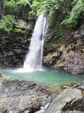 Vattenfall av Abgbalala nedgångar i tropisk regnskog i Mindoro royaltyfria bilder