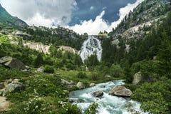 Vattenfall av den Toce floden, Formazza dal - Piedmont Arkivbild