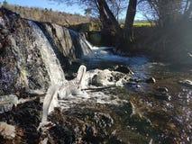 Vattenfall av en flod i en fördämning royaltyfri fotografi