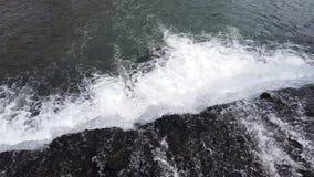 Vattenfall av en konstgjord kanal som flödar bredvid floden arkivfilmer