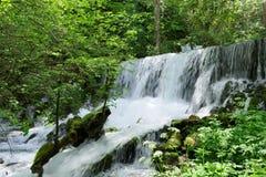 Vattenfall av floden Vrelo arkivfoto