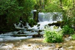 Vattenfall av floden Vrelo arkivfoton