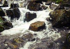 Vattenfall bland stenar royaltyfri foto