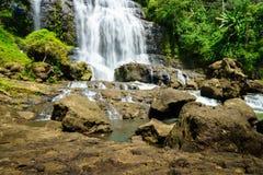 Vattenfall - bygdlandskap i en by i Cianjur, Java, Indonesien royaltyfri foto
