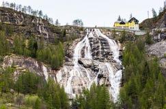 Vattenfall Del Toce på den molniga morgonen Royaltyfri Fotografi