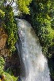 Vattenfall droppe av vatten i floden från avsatsen Royaltyfri Foto