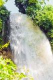 Vattenfall droppe av vatten i floden från avsatsen Royaltyfria Foton