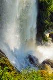 Vattenfall droppe av vatten i floden från avsatsen Royaltyfri Bild