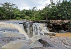 Vattenfall efter hällregn Arkivbilder