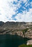 vattenfall för lakeliggandeberg Royaltyfri Bild