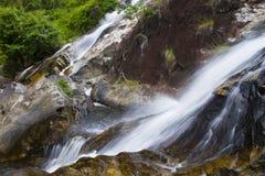 Vattenfall för naturlig bakgrund Arkivfoto