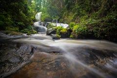 Vattenfall för PA Dok Siew de Inthanon bergen Arkivfoton