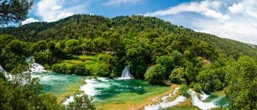 vattenfall för strömmar för bubblafärgstänktrappa Arkivfoto