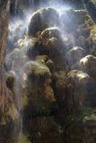 vattenfall för utslagsplats för jolorregnbåge Arkivfoto