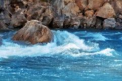 vattenfall för vatten för bergflodström Royaltyfria Foton