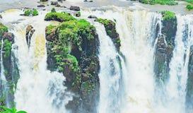 Vattenfall från Cataratas gör Iguacu på staden av Foz gör Iguacu Arkivbilder
