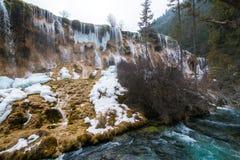 Vattenfall från en klippa i skogen royaltyfria bilder